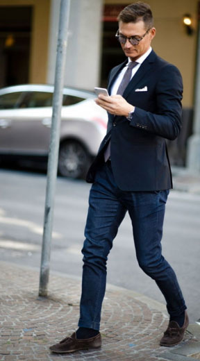 牛仔裤搭配黑色西装