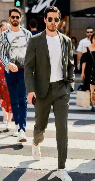 男士西装搭配小白鞋
