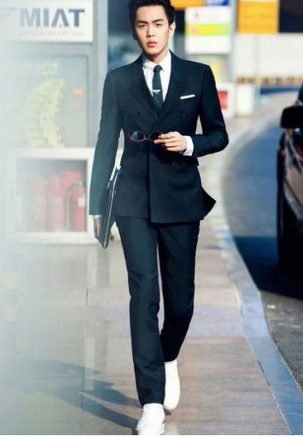 男士休闲西装与小白鞋搭配