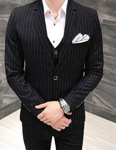 黑色竖条纹西装